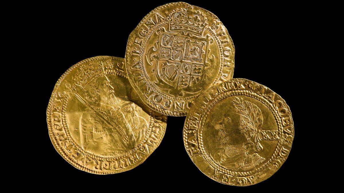 Hazineler, Powys, Trefeglwys'de bulunan 17. yüzyıldan kalma bir altın para istifini içeriyordu.