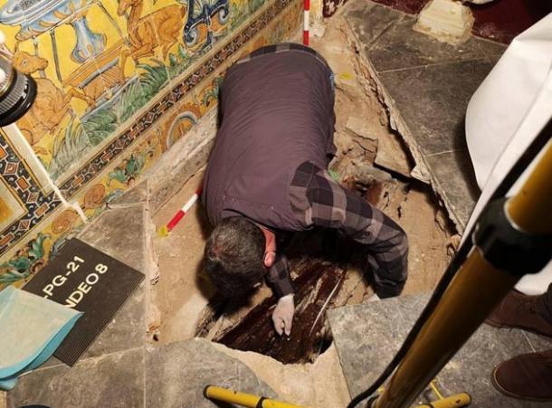 Archaeologists-excavating
