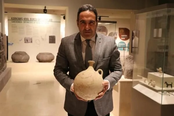 """Gaziantep Museum Director Özgür Çomak said, """" It is an artifact from about 3,700 years ago. Our first artwork with a smiling emoji in the world."""""""