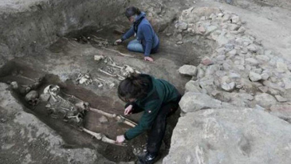 Uncovering medieval graves in the eastern part of the church. (Landesamt fur Denkmalpflege und Archaologie Sachsen-Anhalt, Felix Biermann/Zenger News)