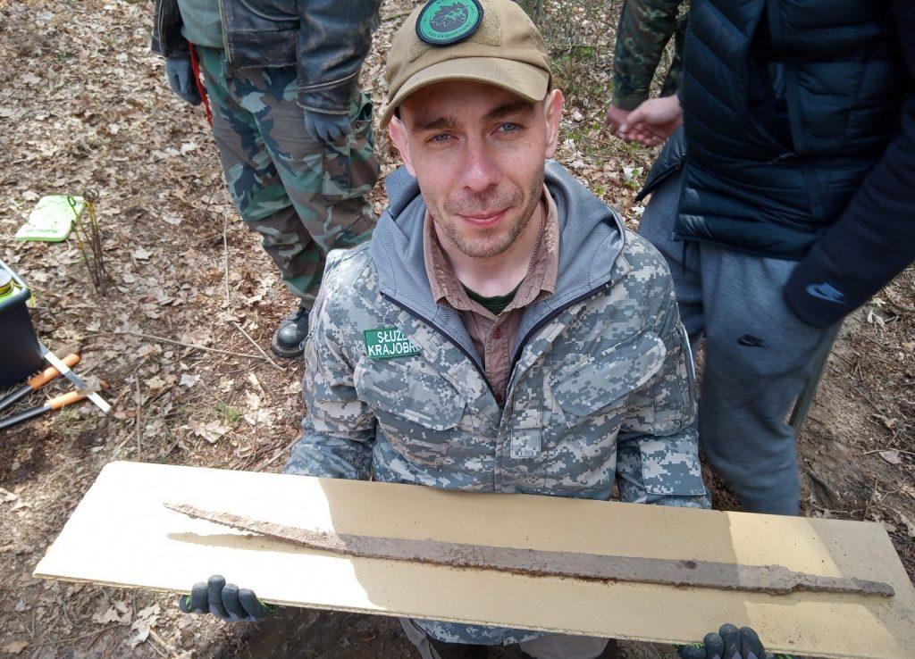 Mateusz Sosnowski holding the blade. Photo: O. Popkiewicz