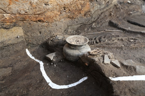 Remains of an adult female from 1,500 years ago found in Gyeongju, North Gyeongsang, at the site of a palace complex known as Wolseong. Intact pottery was found next to the head. [CULTURAL HERITAGE ADMINISTRATION]