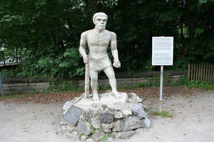 Statue of a Neanderthal. Photo: Einsamer Schütze - CC BY-SA 4.0
