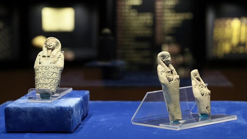 In the Izmir Archeology Museum, three Anatolian clay Ushabti sculptures greet their visitors. Photograph by Ömer Evren Atalay – Anadolu Agency